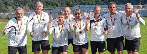 """Silber für die """"55er"""" (von links): Werner Blechschmidt, Rudi Blechschmidt, Thomas Dotzauer, Jörg Ramel, Thomas Galster, Sepp Waritschlager, Uwe Schäfer und Reinhard Faltermaier. Foto  MTV Rosenheim"""