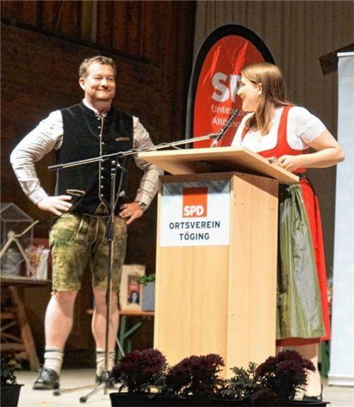 SPD-Landesvorsitzende Ronja Endres rechnet unter den Augen von SPD-Kandidat Uli Grötsch mit der Politik der CSU-geführten Landesregierung ab. Foto Becker