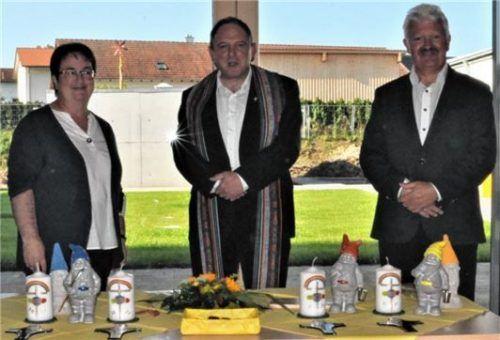 Stadtpfarrer Franz Eisenmann segnete die neue Kindertagesstätte, sehr zur Freude von Leiterin Tanja Stadler und Bürgermeister Erwin Baumgartner.