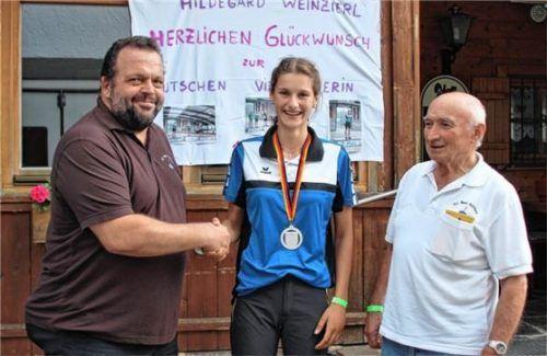 Stolz auf die Leistung von Hildegard Weinzierl sind der Vorsitzende des EC Bad Feilnbach, Bernhard Cerweny (links), und Schüler- und Jugendtrainer Gerhard Weidlich. Fotos Strim