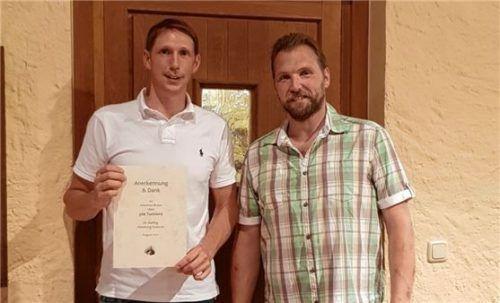 Stolz präsentiert Johannes Braun junior (links) seine Urkunde für 300 Turniere. Übergeben wurde sie von Abteilungsleiter Thomas Zunhammer.Foto re
