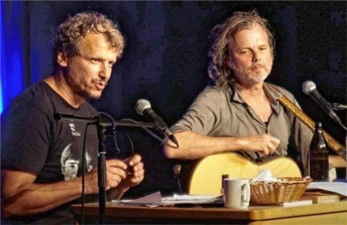 Touren seit 15 Jahren durch die Lande. Und das mit Wortwitz, teils derb, aber immer unterhaltsam: Marcus H. Rosenmüller (links) und Gerd Baumann.Foto  Becker