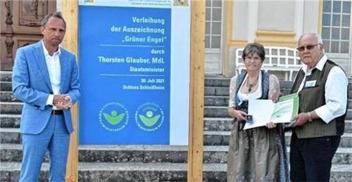 Umweltminister Thorsten Glauber ehrte Irmi und Walter Gründl. Foto re