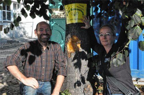 """Unbekannte haben, sehr zur Freude des Ehepaars Guse, nach der Attacke auf die """"Linde 21"""" ein Schild an den Baum gehängt, das dem Baum """"Gute Besserung"""" wünscht. Foto  Schwarz"""