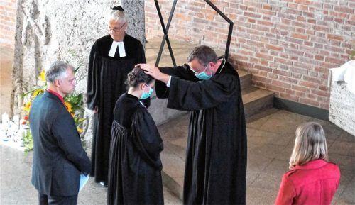 Unter Auflegen der Hände ordinierte Regionalbischof Christian Kopp die zweifache Mutter Inga Seidel in der Waldkraiburger Martin-Luther-Kirche unter Mitwirkung der Ordinationsassistenten Mentorin Gerhild Peiser, Ehemann Andreas Seidel (links) und Studienfreundin Antonia Pohlner (rechts).Foto  Becker