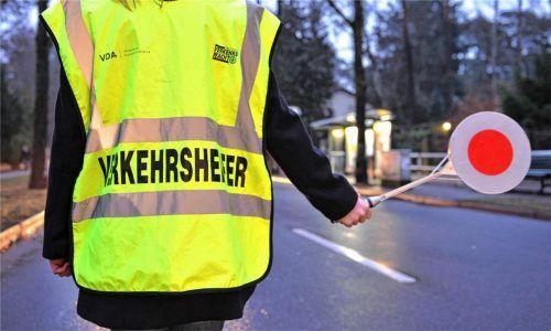 Verkehrshelfer machen den Weg zur Schule sicherer. In Rosenheim gibt es knapp 260 Ehrenamtliche, die ein Auge auf die Grundschüler haben. Foto dpa