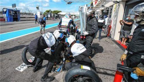 Viel zu tun hatten die Mechaniker von Markus Reiterbergers Team in Le Castellet, mussten das Rennen jedoch abbrechen. Foto BMW Motorrad Motorsport