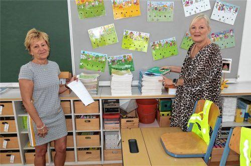 Voller Vorfreude auf ihre Erstklässler bereitete Konrektorin Gabriele Stockburger (links) gestern das Klassenzimmer für die 1b vor. Ingrid Riedel empfängt heute die Kinder, die die Nachmittagsbetreuung besuchen. Foto  Baumann