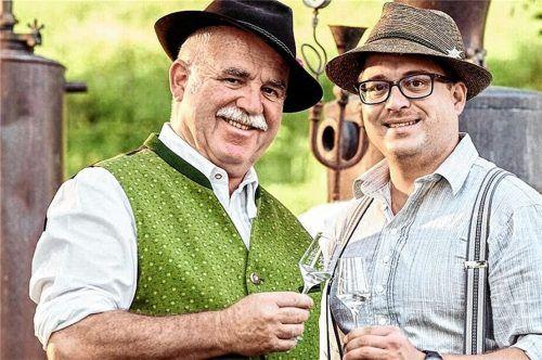 """Wenn """"Bad Feilnbach brennt"""" laden auch die Edelbrand-Sommeliers Christian (links) und sein Sohn Simon Eder aufihren Wachingerhof in Bad Feilnbach ein, wo schon seit 1887 Obst gebrannt wird.Foto re"""
