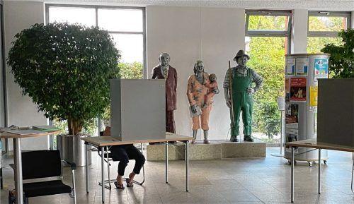 """Wie bei den Großen: Nur die Beine sind unter der Wahlkabine zu sehen, alles andere bleibt geheim. Die Gemeinde stellte für die U18-Wahl das Rathaus-Foyer und die """"echten"""" Wahlkabinen zur Verfügung. Foto re"""