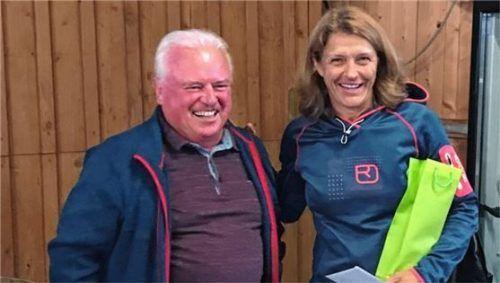 Zum Dank für 25 Jahre Engagement überreichte Barbara Haneberg dem ehemaligen Platzwart Sigi Eberherr ein Präsent. Foto re