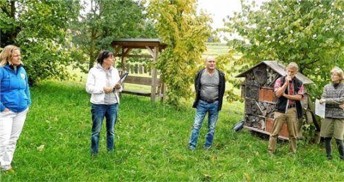 Zur Veranschaulichung stellen (von links) Andrea Köhldorfner und Landschaftsarchitektin Sabine Löw-Wurmannstetter die Pläne vor Ort vor.Foto  Unterforsthuber