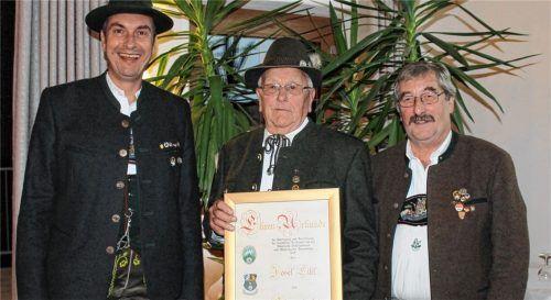 55 Jahre Schützenmeister der Hubertus-Schützen Stauden: Josef Eibl wurde vom Zweiten Gauschützenmeister Herbert Tolks (links) und Gauschützenmeister Erich Eisenberger (rechts) zum Gau-Ehrenmitglied ernannt.Foto Wittmann