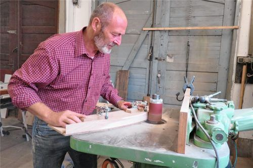 Alexander Garreis beim Bau eines neuen Bogens. Foto  Meider