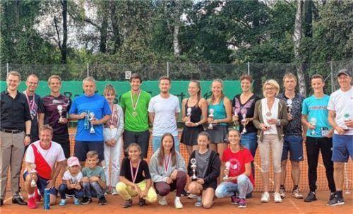 Alle Platzierten der Tennisstadtmeisterschaft mit Schirmherr Bürgermeister Michael Hetzl (links) sowie Turnierleiter und Sportreferent Stefan Schörghuber (rechts). Foto re