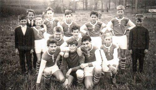 Als der SV Aschau noch blutjung war: Von Anfang an setzte der Club auf eine aktive Jugendarbeit, hier die Schülermannschaft von 1964/1965 mit (stehend, von links): Adi Schäftlmaier, Erwin Schnetzer, Manfred Vorwallner, Ernst Lemaire (†), Gerhard Friedemann (†), Franz Mittermaier, Lothar Balhuber, Günther Elfgen (†), (gebückt) Herbert Reichenauer, Rudi Winterer sowie (knieend, von links) Helmut Kagerer (†), Petztl, Stresow (†) und Dieter Klemsz. Foto  Mittermaier