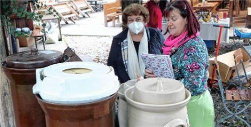 Andrea Rummelsberger (rechts) erklärt die Gartöpfe. Zum Kraut hat sie auch viele Rezepte.