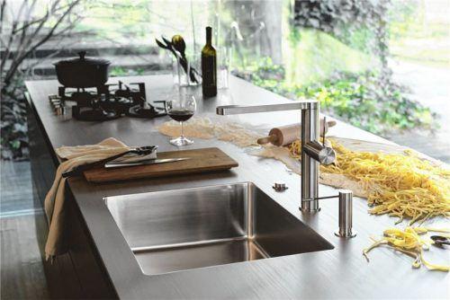 Arbeitsplatten aus Edelstahl werden auf Maß gefertigt oder modular zusammengestellt. Fotos AMK