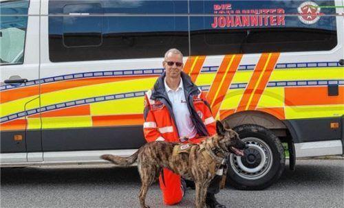 Auf Anhieb haben jetzt die Schäferhündin Ati und Hundeführer Clemens Joos die Prüfung zum Personenspürhund bestanden. Foto Böhm/Johanniter