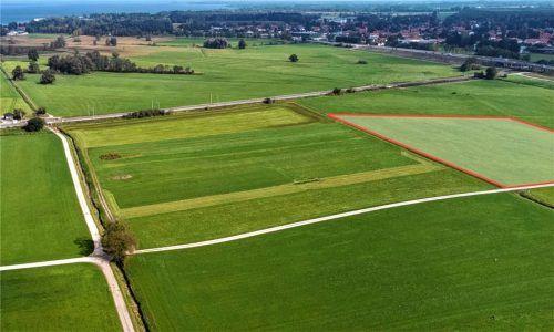 Auf der rechts gekennzeichneten Fläche wäre die Fotovoltaik-Großanlage geplant gewesen. Der Gemeinderat sprach sich nun doch gegen das Projekt mitten in der Chiemsee-Landschaft aus. Foto Berger