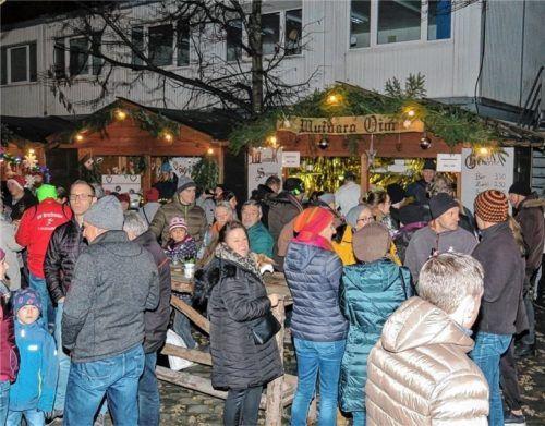 Auf die heimelige Atmosphäre zwischen Rathaus und Realschule müssen die Bruckmühler erneut verzichten. Der Weihnachtsmarkt wurde abgesagt. Foto  Archiv