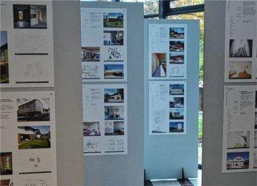 Auf Tafeln im Raum verteilt: Im Rosenheimer Bauamt sind über drei Stockwerke alle der 208 ausgezeichneten Bauprojekte der Bayerischen Architektenkammer ausgestellt.