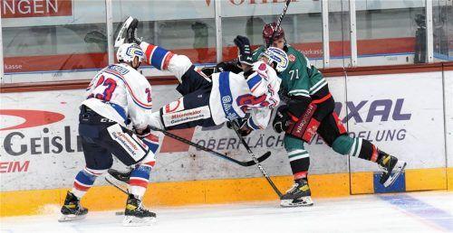 Aufs Kreuz gelegt haben die Rosenheimer Eishockeyspieler und Nicolas Cornett die Riesserseer beim 5:0-Heimsieg im Vorbereitungsspiel. In Garmisch gab es allerdings eine 2:5-Niederlage. Foto Hans-Jürgen Ziegler