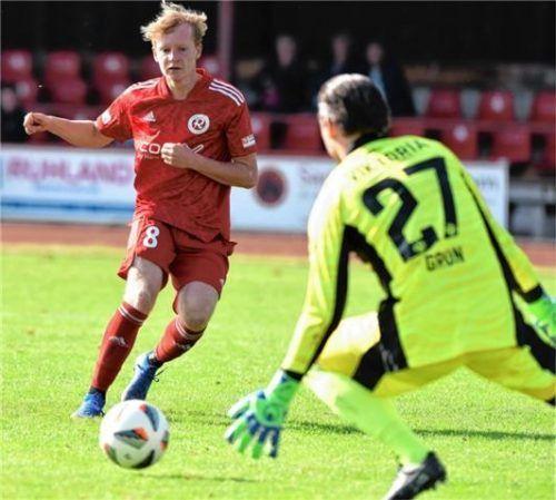 Ausgeschaut: Sam Zander hatte die große Chance auf den Ausgleich, aber Ex-Bundesliga-Keeper Max Grün tauchte ab und parierte.Foto Hans-Jürgen Ziegler