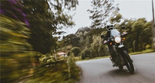 Batterie ausbauen, Frostsicherung und Antriebsreinigung: Mit wenigen Handgriffen kann man das Motorrad so präparieren, dass man im Frühjahr gleich durchstarten kann. Foto GTÜ