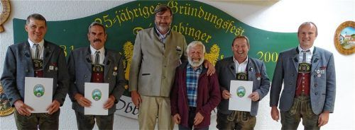 Bei der Ehrung: (von links) Thomas Brandstetter, Hans Seidl, Bezirksböllerreferent Sebastian Hering, Hans Grundner, Josef Müller und Böllerreferent Reinhard Waltl. red