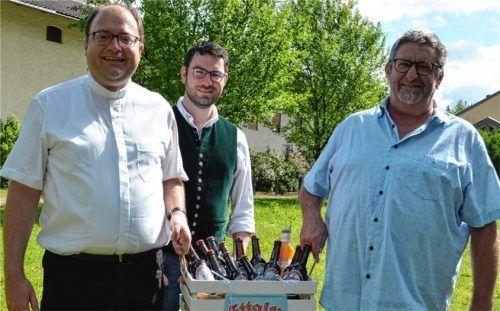 Bei der Getränkeübergabe: (von links) Pfarrer Klaus Vogl, Verwaltungsleiter Christian Staber und Bürgermeister Robert Aßmus. Foto Staber