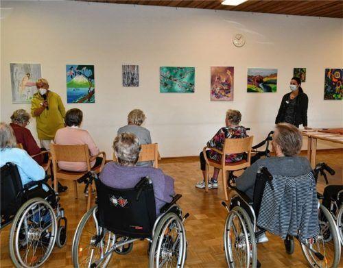 """Bei der Vernissage: Lys Hedwig (links) und Kunsttherapeutin Cornelia von Stern begrüßen die anwesenden Senioren und stellen die Bilder vor, die im Rahmen des Projektes """"Erinnerungsbrücken"""" entstanden sind. Foto Schlecker"""