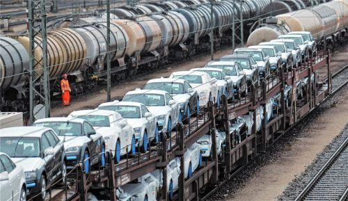 Beladene Güterwagen stehen auf den Gleisen. Um ihr Ziel zu erreichen, müssen die Fahrzeuge nur noch die letzten Kilometer per Lkw transportiert werden. Um künftig mehr Güter auf die Schiene zu bringen, soll eine Studie prüfen, welche Folgen es hätte, wenn Lkw-Auflieger EU-weit mit einer Verlade-Vorrichtung ausgestattet sein müssen. Beteiligt ist daran ein Unternehmen aus Prien. Foto dpa