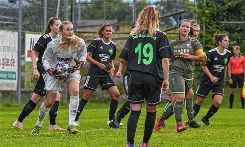 Bereit für das Benefizspiel am Samstag: die TuS-Fußballdamen. Fotos re/Mischi