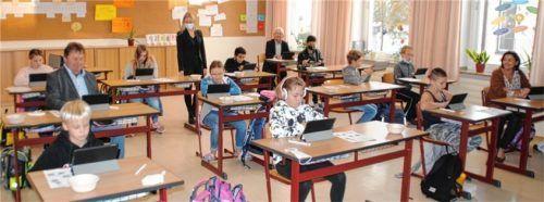"""Besuch erhielt die """"iPad-Klasse"""" von Lehrerin Magdalena Fischbacher (hinten Mitte) im Schulhaus Polling von Tüßlings Bürgermeister Helmuth Wittich (hinten rechts), seinem Pollinger Kollegen Lorenz Kronberger (linke Reihe) und Schulleiterin Alexandra Ludwig (vorne rechts).Foto  Wagner"""