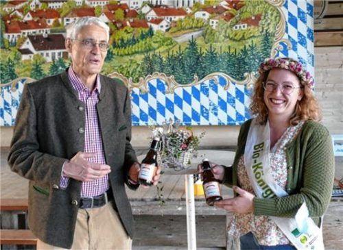 Biokönigin Annalena I. stattete einen Besuch ab und genoss als bekennende Biertrinkerin das Aschauer Bio-Bier mit Bräu Georg Ametsbichler.