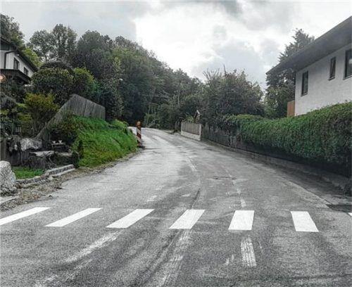 Burgrain bei Isen hat jetzt einen Zebrastreifen – diesen haben Unbekannte illegal auf die Staatsstraße 2086 gepinselt. Foto Di