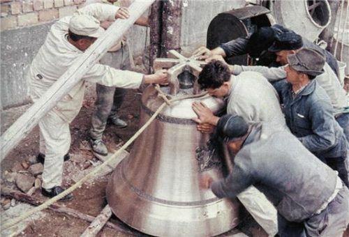 Da ist Muskelkraft gefragt: Die Glocke wird 1960 in Position gebracht.