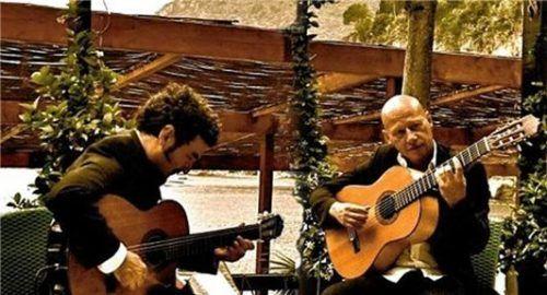 Das Gitarrenduo (von links) Leo Giannola und Philippe Loli spielt eigene Kompositionen und bekannte Bossa- und Tango-Arrangements.Foto re