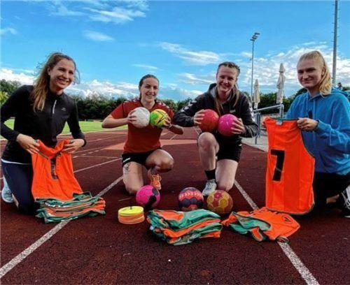 """Das Handball-Equipment passt, jetzt freuen sich (von links) Sarah Mertes, Sarah Limbrunner, Gitti Treff und Lea Zillmann auf den """"Handball Kids-Day"""". Foto  Neuwirth"""