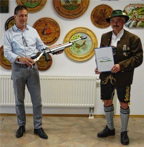 Das Lichtgewehr übergibt Konrad Linner, stellvertretender Vorsitzender der Leader Aktionsgruppe Chiemgauer Seenplatte, an Schützenmeister Johannes Seitz (rechts).  Foto Voggenauer