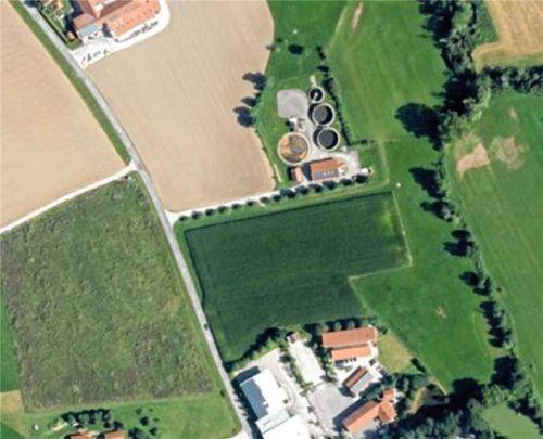 Das Luftbild zeigt den Bereich Niederbachleiten in Isen, der aus dem Landschaftsschutzgebiet rausfallen soll, um einen Gewerbebetrieb nicht in seiner Erweiterung zu behindern. Doch der Europäische Gerichtshof bremst die Sache aus.Foto Gemeinde Isen