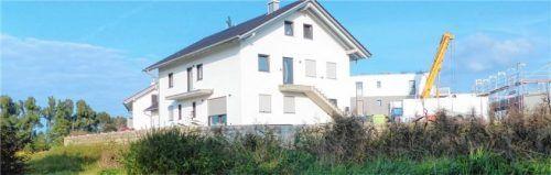 """Der Bauherr dieses Anwesens in """"Eiselfing-Nord"""" hat die Festsetzungen des Bebauungsplanes ignoriert.Foto Burlefinger"""