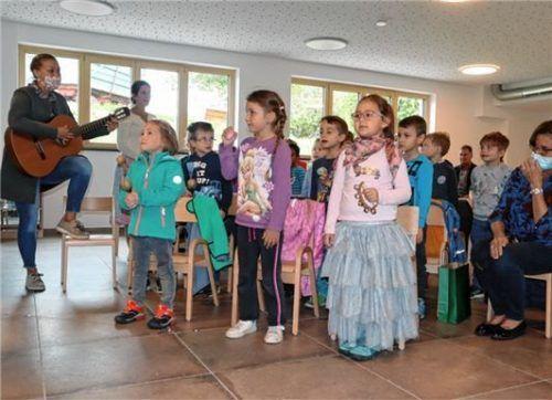 Der Chor der Kindergartenkinder begrüßt die Gäste im neuen Kindergarten.