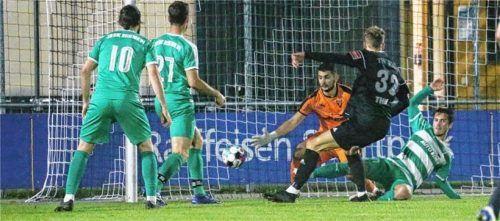 Der entscheidende Treffer für Kastl:  Leonhard Thiel ließ SBR-Keeper Mihajlo Markovic keine Chance. Foto Gabi Zucker