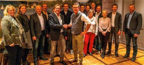 Der neu formierte Vorstand der überparteilichen Wählergemeinschaften im Landkreis. Dieter Kannengießer (links) gratuliert seinem Nachfolger Georg Huber zur Wahl zum neuen Kreisvorsitzenden der ÜWG.Foto Nitzsche