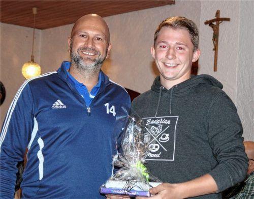 Der Vorsitzende des TSV Taufkirchen, Franz Fürstenberger, gratuliert dem erfolgreichen Weitschützen Christian Mayerhofer. Foto Fill