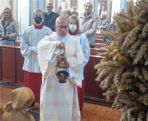 Diakon Matthias Mitlöhner segnet die Minibrote und die Erntegaben. Foto Franke