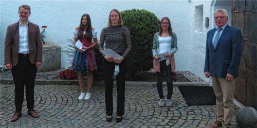 Die Besten der Besten mit Bürgermeister Michael Hetzl (links) und Schulreferent Dr. Reinhard Wanka (rechts): Elena Kraus , Alina Göhl und Sarah Hartinger (von links).