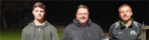 Die Duo-Vereinsmeister (von links) Stefan Rauscheder und Georg Kaltenecker mit Vorsitzendem Franz Strasser.Foto Huber